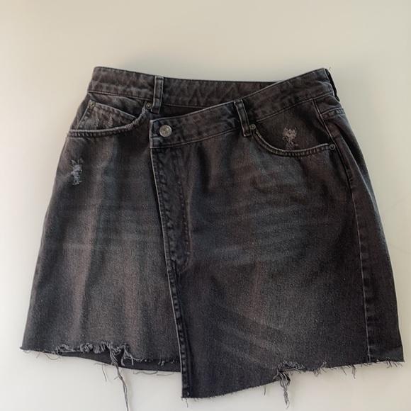 UP BDG BlacK Asymmetrical distressed denim skirt